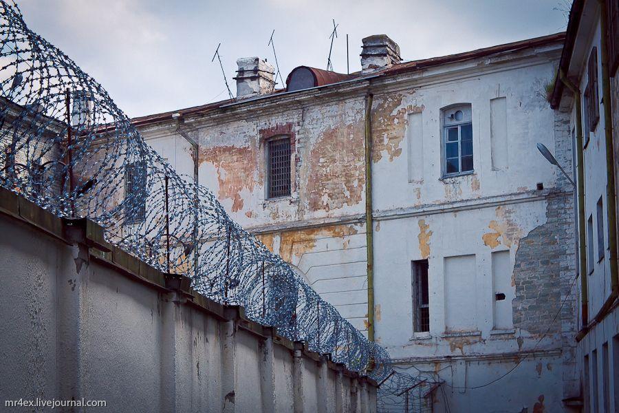 Опять тюрьма.