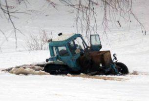 Трактор повалился под лед