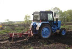 Тракторист и трактор МТЗ82