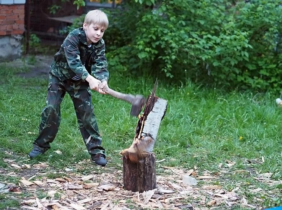 Как мальчик дрова колол