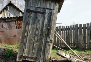Дачный туалет развалился, когда я находилась внутри